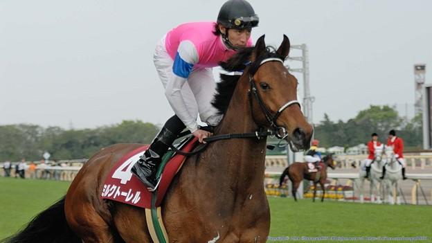 [070422東京11RフローラS]馬名の通り、セクシーな印象をみせるミルクトーレル&松田。