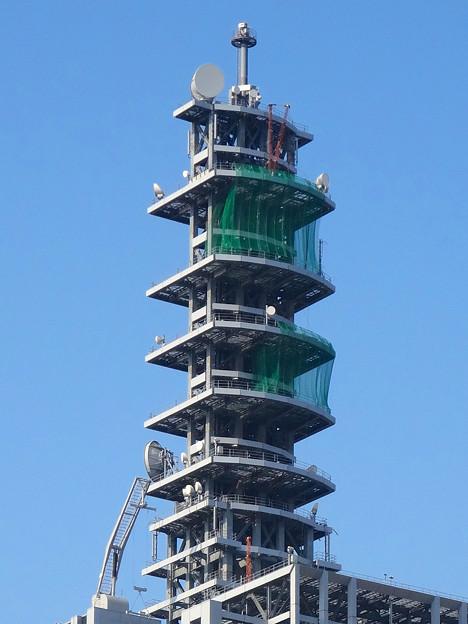 NTTドコモ名古屋ビル 最上部に、謎の「V」!?…と思ったら、クレーン! - 2