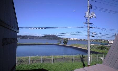 湖山池。右側に写るのが実家。フェンスが出来て無粋になってしまったけど、この景色とともに育ったんだ。