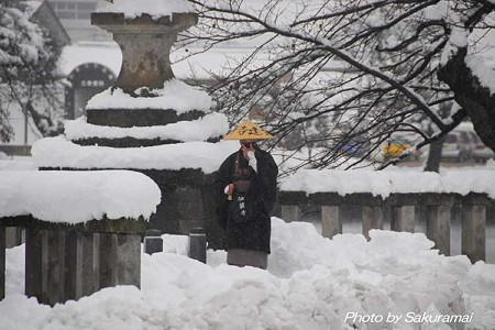 雪の中の托鉢