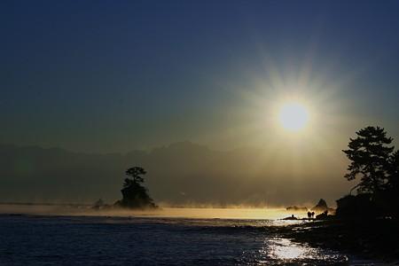 雨晴海岸・立山連峰より朝日