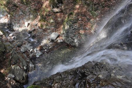 神末不動の滝滝壺を見下ろす