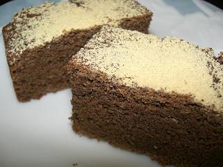 おからケーキ(ブラウニイ風) 粉砂糖ではなく、きな粉を振ってみた。