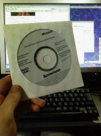 Windows Vista Business Express Upgrade ディスクを液晶モニタの前にかざしてみるの図