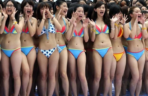 """广州数千比基尼美女?出""""海豚""""造型5"""