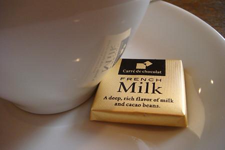 ホットコーヒーが、チョコレート付で100円!!