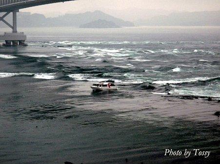 渦の中を行く観潮船