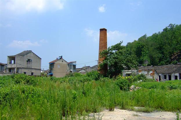 写真: 空き地と煙突