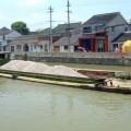 写真: 通り沿いに流れる運河