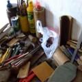 写真: 雑多な工具類が並ぶ