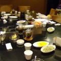 写真: 数々の茶請けが並ぶ