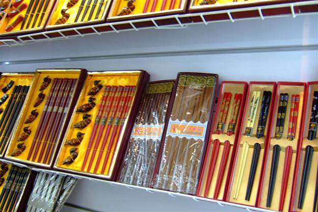 写真: 箸などの雑貨も多数