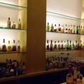 写真: 多種多様なボトルが並ぶ