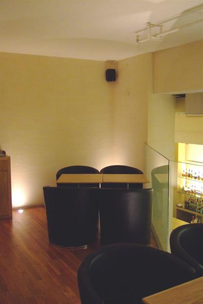 写真: 中二階のソファ席