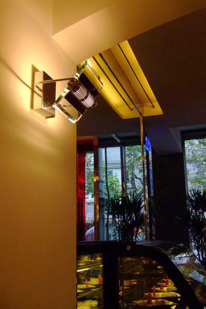 写真: 間接照明とショーケース