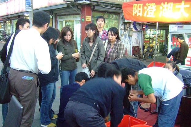 写真: 上海蟹に群がる人々