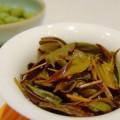 写真: 美しく開いた茶葉