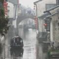 写真: 水路にたゆたう小舟