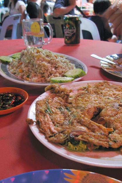 写真: マレー系海鮮中華が並ぶ
