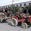 写真: トラクターも立派な移動手段