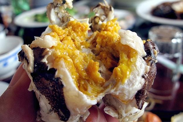 写真: 蟹の中から味噌がトロリ
