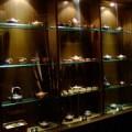 写真: 多数の茶道具が並ぶ