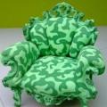 写真: 迷彩柄のソファ