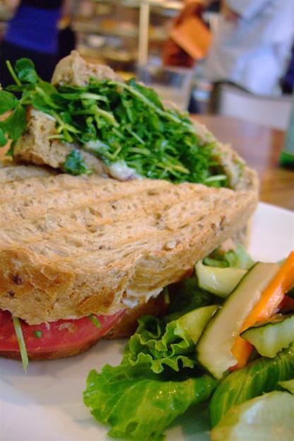 写真: 豆苗たっぷりのサンドイッチ