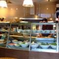 写真: ケース内に食材やデザートが並ぶ
