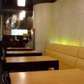 写真: 整然と並ぶテーブル