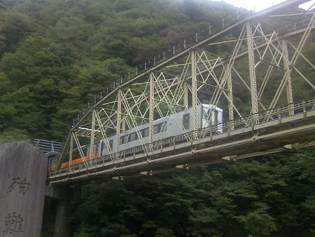 赤芝峡を走る米坂線列車