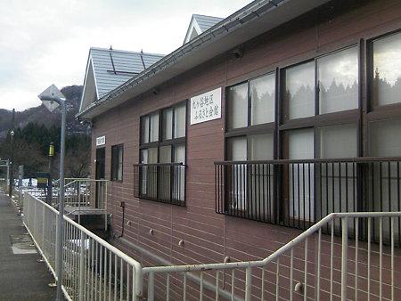 越後片貝駅ホームから駅舎を見る