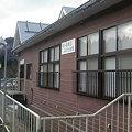 写真: 越後片貝駅ホームから駅舎を見る