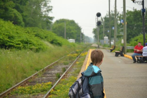 汽車を待つ少年