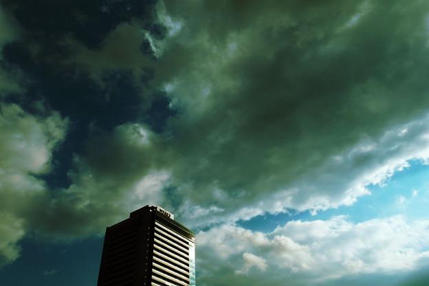 暗雲立ちこめる