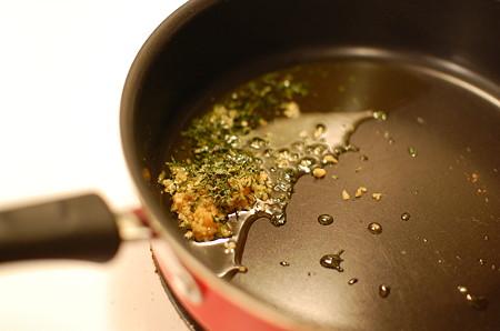 にんにくとパセリをオリーブ油で炒める