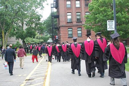 ガウンと帽子を着た生徒たち