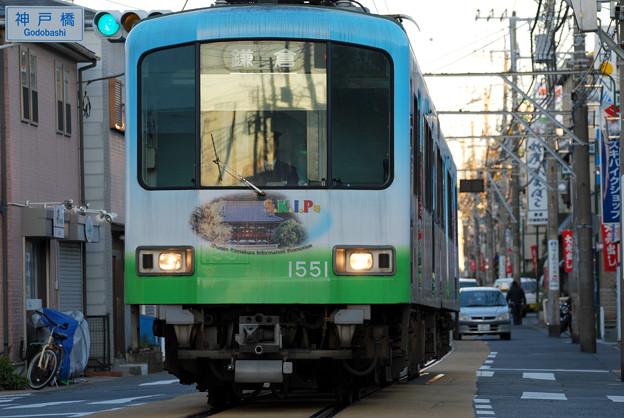 併用軌道から腰越駅へ進入する鎌倉行き