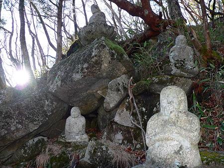 相輪塔の石仏