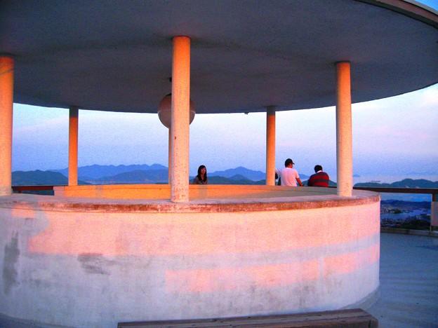 茜色に染まる千光寺公園の展望台&瀬戸の島々