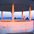 写真: 茜色に染まる千光寺公園の展望台&瀬戸の島々