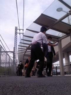 チラシ配布(4月28日、角田晶生)