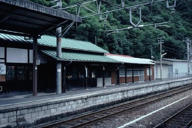 駅本屋と詰所(ホーム側,JR芸備線備中神代駅,1998/9/23)(s106-20)