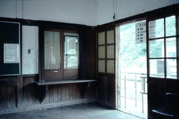 待合室(駅本屋内,JR芸備線備中神代駅,1998/9/23)(s106-22)