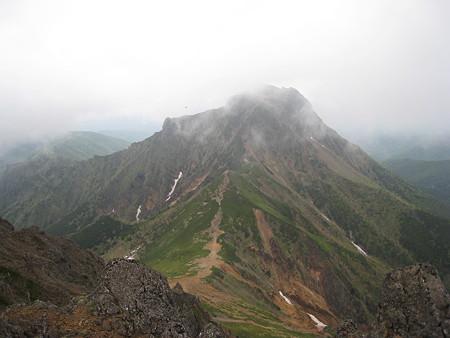 赤岳山頂から望む中岳と阿弥陀岳