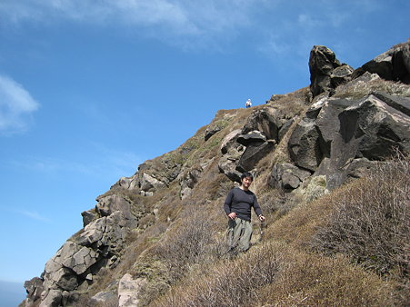 天狗ヶ城からの岩場を下るミノさん2