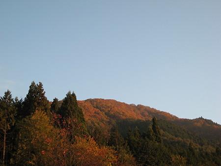 朝日を浴びる大峰山