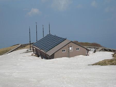 いまだ雪に埋まる山頂避難小屋