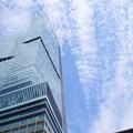 写真: ハルカスと飛行機雲